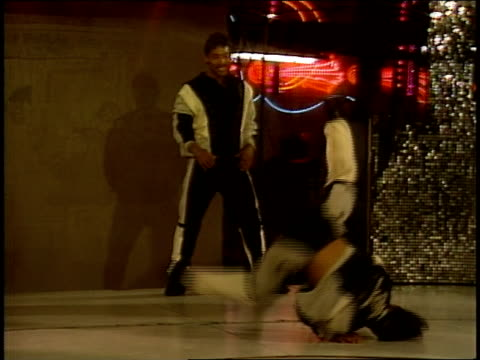 breakdancers dancing in roxy nightclub - 1985年点の映像素材/bロール