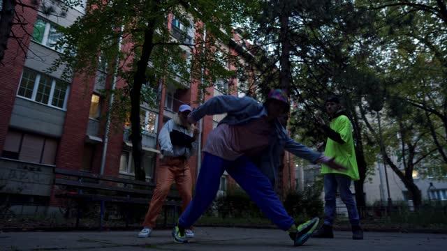 breakdancing in the hood - modern dancing stock videos & royalty-free footage