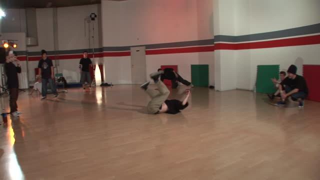 hd steadycam :ブレークダンスをする - large group of people点の映像素材/bロール