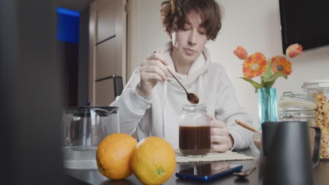 frukost hemma - endast en medelålders kvinna bildbanksvideor och videomaterial från bakom kulisserna