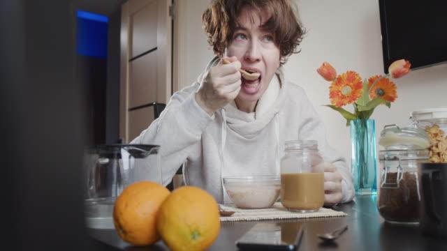 vídeos y material grabado en eventos de stock de desayuno en casa - taza de café