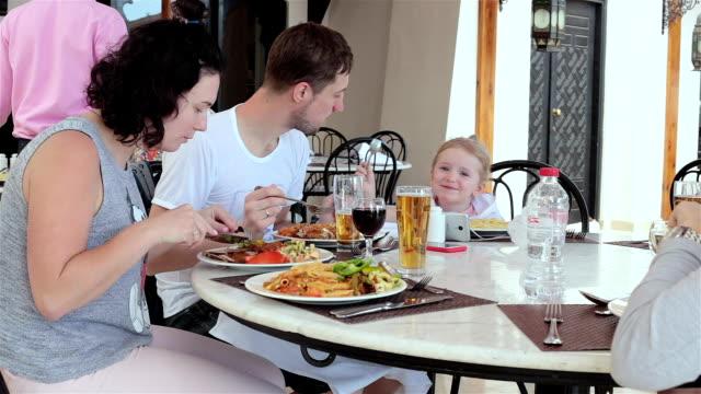 frühstück im hotelrestaurant. familie ruht in ägypten. sharm el sheikh. - klein stock-videos und b-roll-filmmaterial