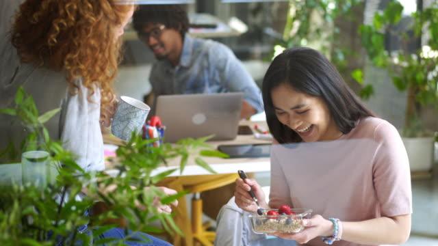 vidéos et rushes de petit déjeuner au travail - faire une pause