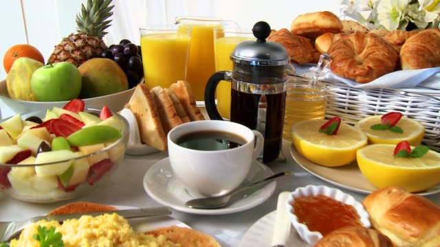 breakfast buffet - prima colazione video stock e b–roll