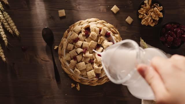 frukostflingor med vegansk kokosmjölk - dairy product bildbanksvideor och videomaterial från bakom kulisserna