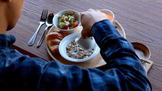frukostmat - skål porslin bildbanksvideor och videomaterial från bakom kulisserna