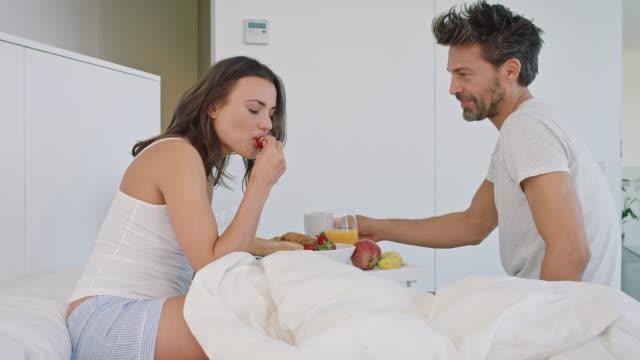vídeos de stock, filmes e b-roll de café-da-manhã na cama  - cama