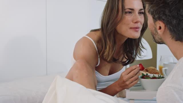 stockvideo's en b-roll-footage met ontbijt op bed - kussen beddengoed