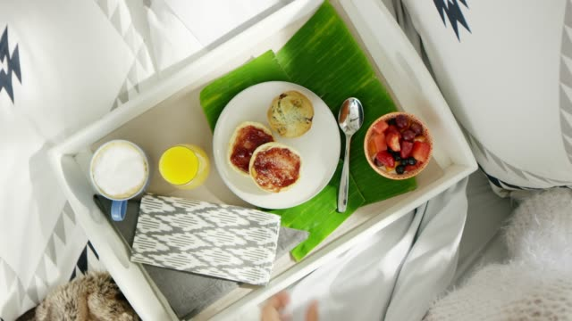breakfast in bed - prima colazione video stock e b–roll