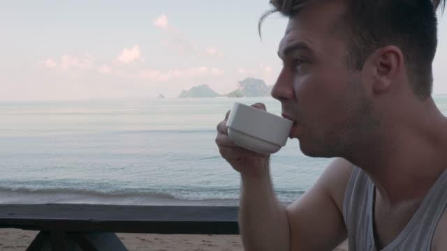 4K UHD: Ontbijt op het strand