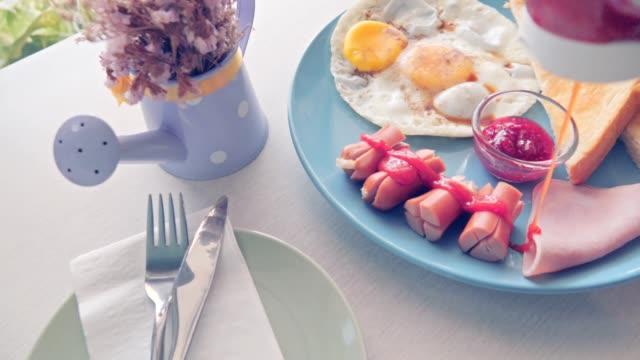 テーブルの上の朝食 - 新鮮点の映像素材/bロール