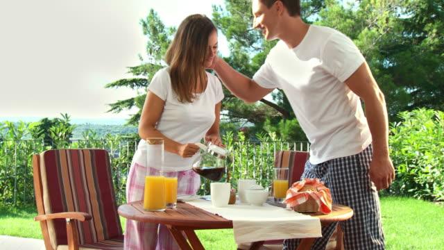 vídeos de stock e filmes b-roll de carrinho de hd: pequeno-almoço no terrace - chaleira de chá