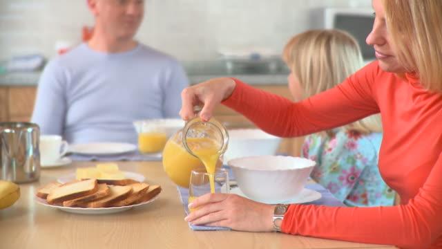 hd :dolly 朝食時間 - 団らん点の映像素材/bロール
