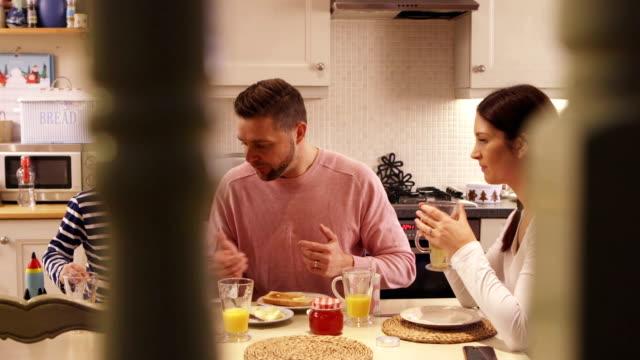 frühstück-zeit - real wife sharing stock-videos und b-roll-filmmaterial