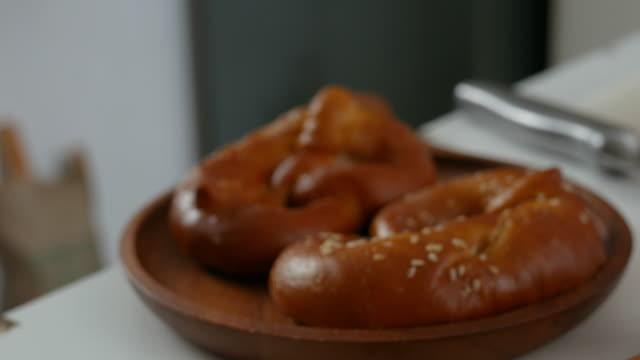 vídeos de stock, filmes e b-roll de pequeno almoço - sala de café da manhã