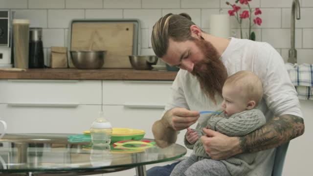 - frühstück  - multitasking stock-videos und b-roll-filmmaterial