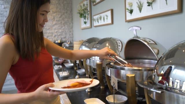 vidéos et rushes de petit-déjeuner que l'hôtel a organisé sous forme de buffet - prendre son repas
