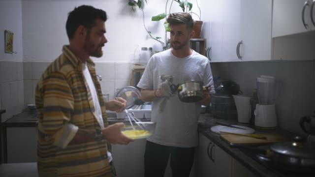 das frühstück wird in kürzester zeit bereit sein - zwei personen stock-videos und b-roll-filmmaterial