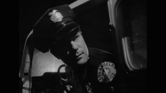 vídeos de stock, filmes e b-roll de 1948 breaking in to an electronics store is thwarted by an observant police officer - criminoso