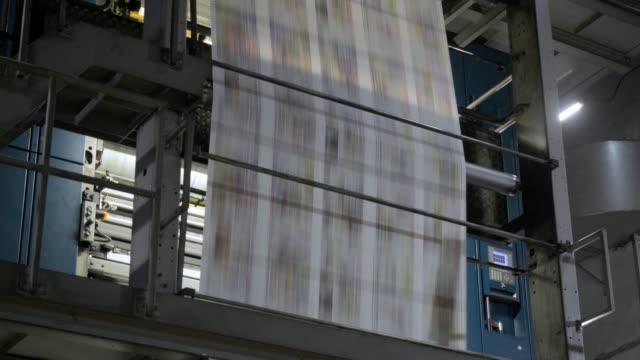 neueste nachrichten. zeitungsdruck - gelbe seiten stock-videos und b-roll-filmmaterial
