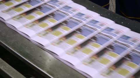 stockvideo's en b-roll-footage met breaking nieuws. krant drukpers - krant