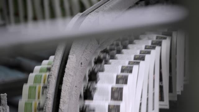 ニュース速報。新聞印刷機 - 記事点の映像素材/bロール