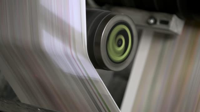 neueste nachrichten. zeitungsdruck - druckerei stock-videos und b-roll-filmmaterial