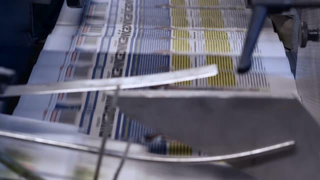 neueste nachrichten. zeitungsdruck - schlagzeile stock-videos und b-roll-filmmaterial