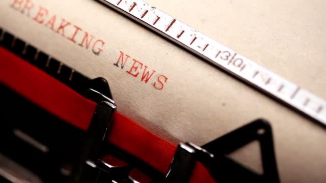 stockvideo's en b-roll-footage met breaking news - typen met een oude schrijfmachine - artikel
