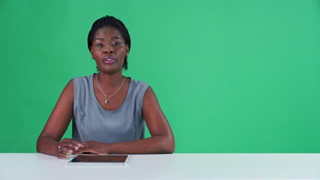 vídeos de stock e filmes b-roll de breaking news - jornalista
