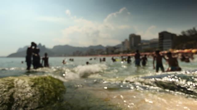 vidéos et rushes de breaking of waves and people - fondu d'ouverture