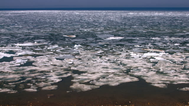 breaking the ice on a large lake,   spring break up on lake baikal, the movement of the icebreaking the ice on a large lake - 流氷点の映像素材/bロール