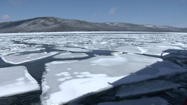 breaking up ice on lake akan, hokkaido - 氷山点の映像素材/bロール