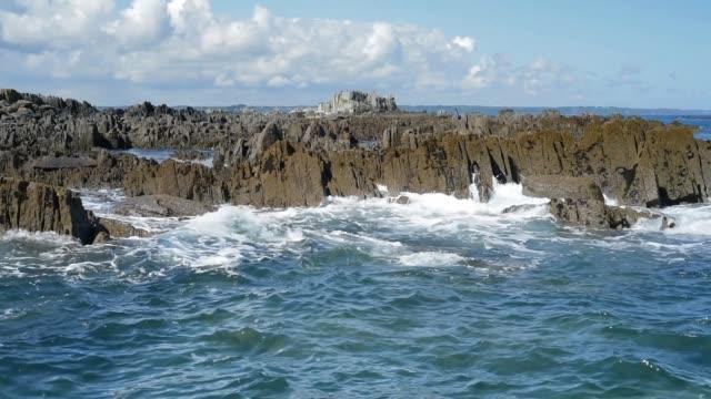 breaking waves on a rocky coastline, pen ar roz, brittany. - david johnson stock videos & royalty-free footage