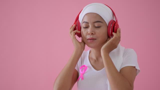 乳がん患者は音楽を聴いてリラックスする - キャンペーンバッジ点の映像素材/bロール