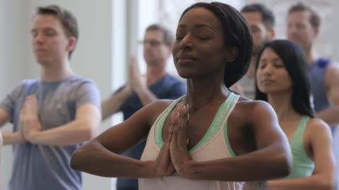 vídeos y material grabado en eventos de stock de respirar profundo - yoga
