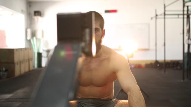 durchatmen nach training - männlichkeit stock-videos und b-roll-filmmaterial
