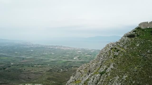 hisnande utsikt från toppen av berget fästning ruiner - bergsvägg bildbanksvideor och videomaterial från bakom kulisserna