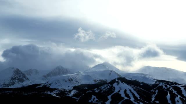 stockvideo's en b-roll-footage met breckenridge colorado winter mountains cloudscape rockies time lapse - skivakantie