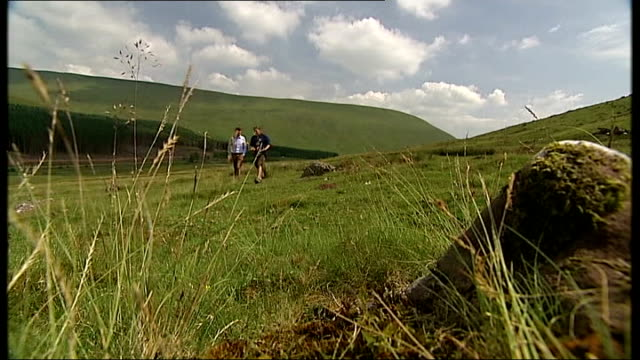 brecon beacons soldiers deaths: one soldier named; wales: brecon beacons: reporter to camera walkers gate countryside chris hunter set up shots with... - brecon beacons video stock e b–roll