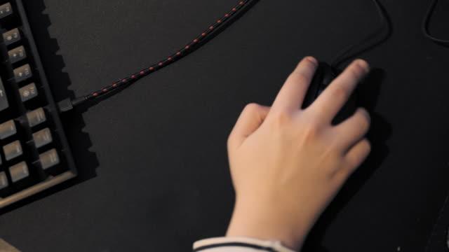 breda, noord-brabant, netherlands / hand on computer mouse - 12 13 år bildbanksvideor och videomaterial från bakom kulisserna