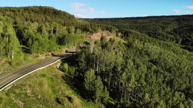 vidéos et rushes de breezy sunny summer day aerial 4k vidéo de grand mesa national forest highway 65 - amérique du nord