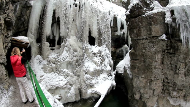 vídeos de stock, filmes e b-roll de ms breitachklamm canyon in winter at allgã¤u alps / oberstdorf, bavaria, germany  - alpes bávaros