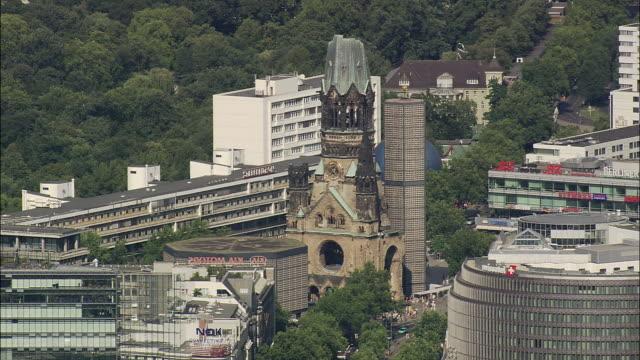 vídeos y material grabado en eventos de stock de aerial breitscheidplatz with kaiser wilhelm memorial church, berlin, brandeburg, germany - iglesia conmemorativa del emperador guillermo