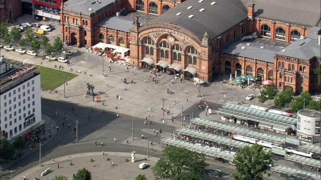 bremen-bahn und tram-station - luftbild - bremen, deutschland - bahnhof stock-videos und b-roll-filmmaterial