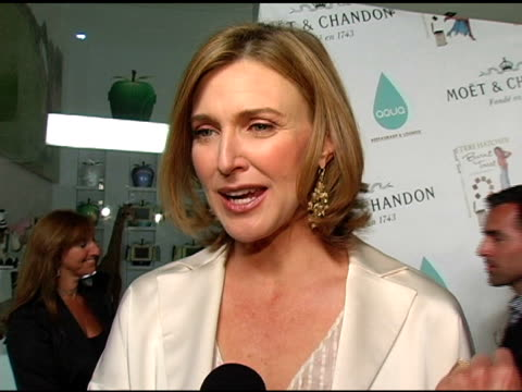 brenda strong on teri writing the book on set and being a multtasker why the book will be an inspiration and who it speaks to at the 'burnt toast and... - teri hatcher stock-videos und b-roll-filmmaterial