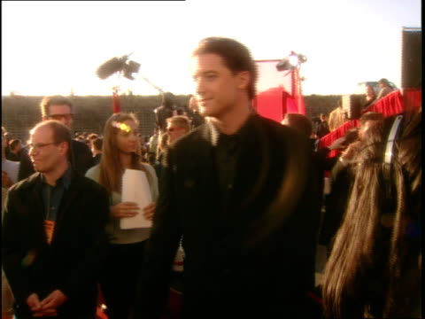 stockvideo's en b-roll-footage met brendan fraser at the 1999 mtv movie awards red carpet - 1999