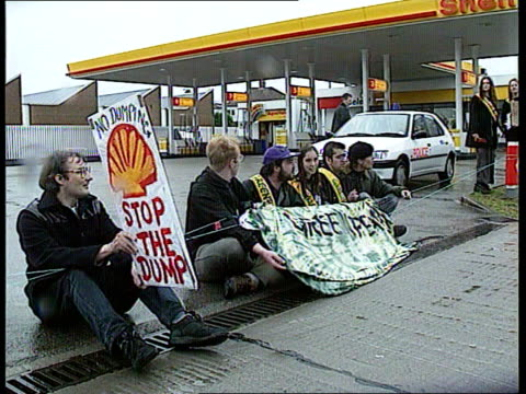 brent spar oil platform dumping protests england london ms greenpeace protesters with banner sitting on ground chanting by shell petrol station... - fossil fuel stock videos & royalty-free footage
