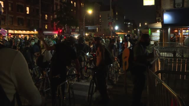 vídeos de stock e filmes b-roll de breonna taylor protestors gathered at the barclays center after no officers charged directly with breonna taylor's death by louisville court in new... - ponte de manhattan