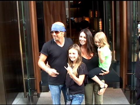 vídeos de stock e filmes b-roll de bret michaels and family in soho on 7/13/2010 at the celebrity sightings in new york at new york ny - atlântico central eua